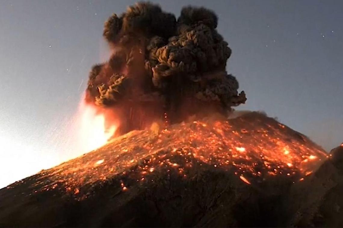 Volcán de guatemala en erupción durante el verano de 2019