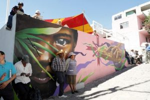 personas que reciben la ayuda de asociaciones civiles, con una pintura