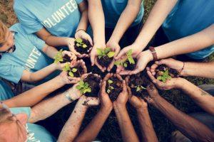 manos unidas de un grupo de voluntarios