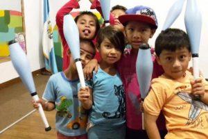 Niños y niñas de guatemala mostrando el apoyo de las asociaciones suizas