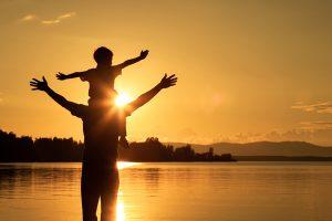 Papá con su hijo en el atardecer
