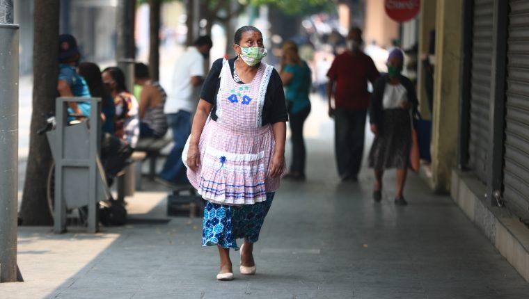 mujer guatemalteca con cubrebocas