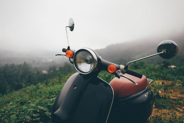 motoneta estacionada con mal clima