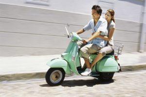 pareja viajando en motoneta