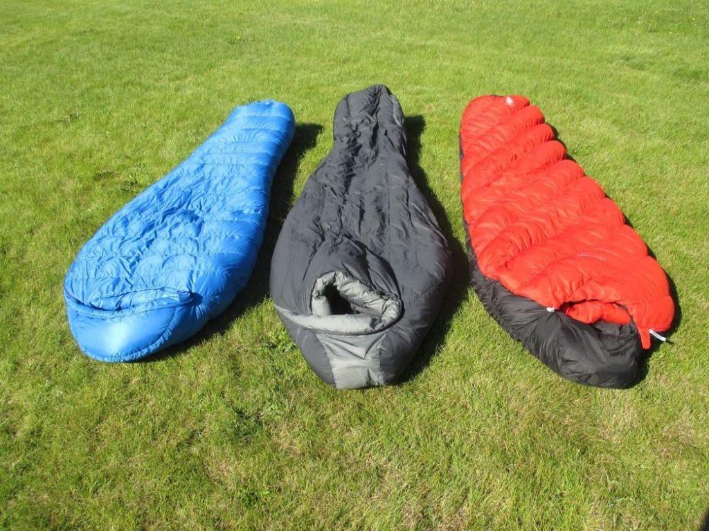 bolsas de dormir en el pasto