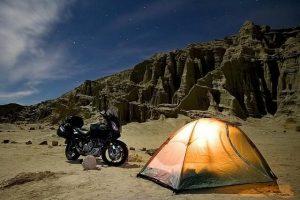 casa de campaña con moto