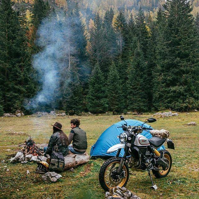 personas acampando en moto