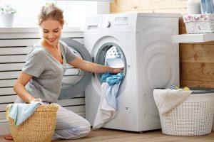 Mujer lavando con lavadora