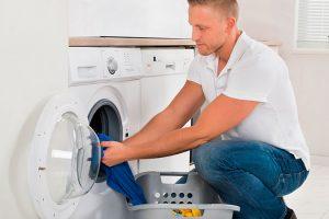 Hombre limpiando lavadora