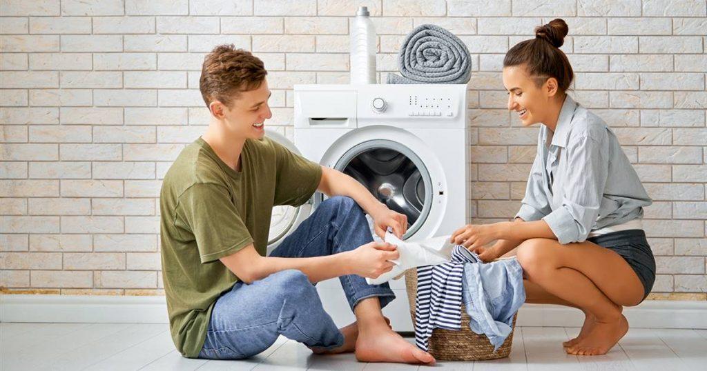 Personas lavando ropa